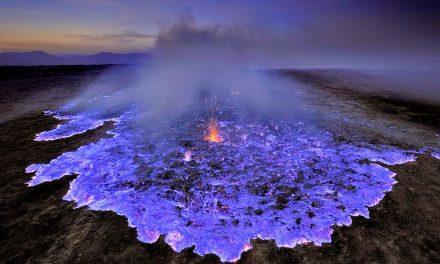 انڈونیشیا میں آتش فشاں سے اگلنے والا یہ لاوا نیلا ہے کہ سرمئی؟