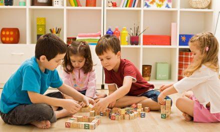 ایک ننھا چار سالہ بچہ دن میں کتنے سوالات پوچھتا ہے؟