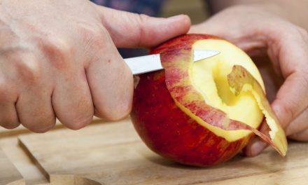 سیب کا چھلکا اتارنا اس کی آدھی غذائیت کھونا ہے، تحقیق