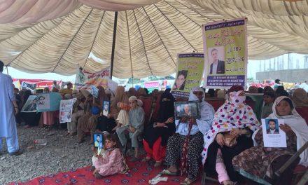 پشتون رو رہے ہیں، پاکستان لاتعلق ہے