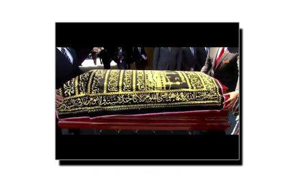 کیا میت کے اوپر قرآنی آیات کی چادر ڈالنا جائز ہے؟